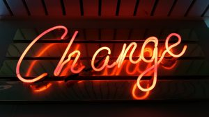Mot Change avec des néons, décrivant le changement au data driven culture