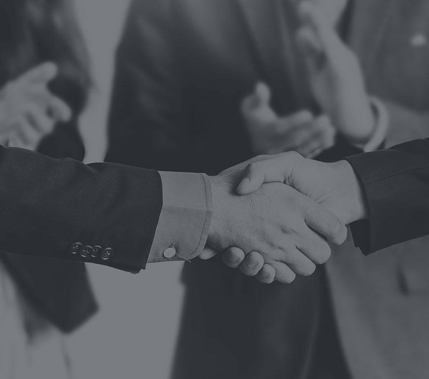 2 entrepreneurs se serrant la main
